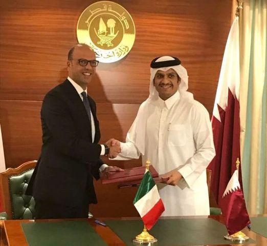 Il ministro degli Esteri Angelino Alfano e il suo collega del Qatar Mohammed bin Abdulrahman al-Thani a Doha, durante la firma degli accordi Italia - Qatar (ph. Ap).