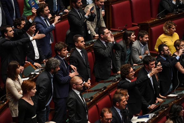 Rosatellum Fiducia Montecitorio Aula proteste 5 stelle