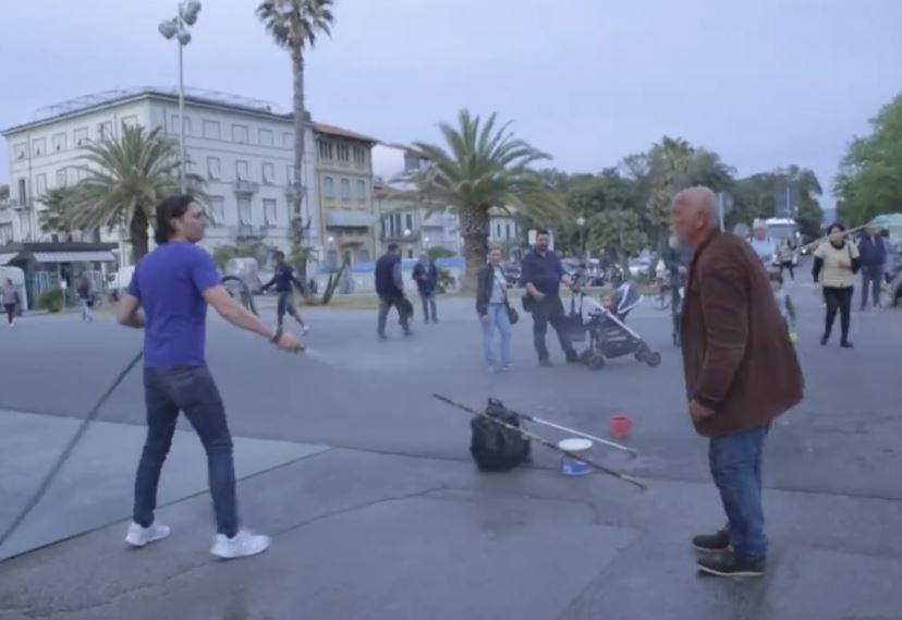 Boris Egonov, l'uomo delle bolle, scacciato da un negoziante con la sistola