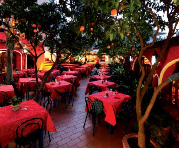 Ischia, la storia dell'isola e la storia del turismo si incrociano al Giardino degli Aranci, locale storico fondato da Andrea Impagliazzo.