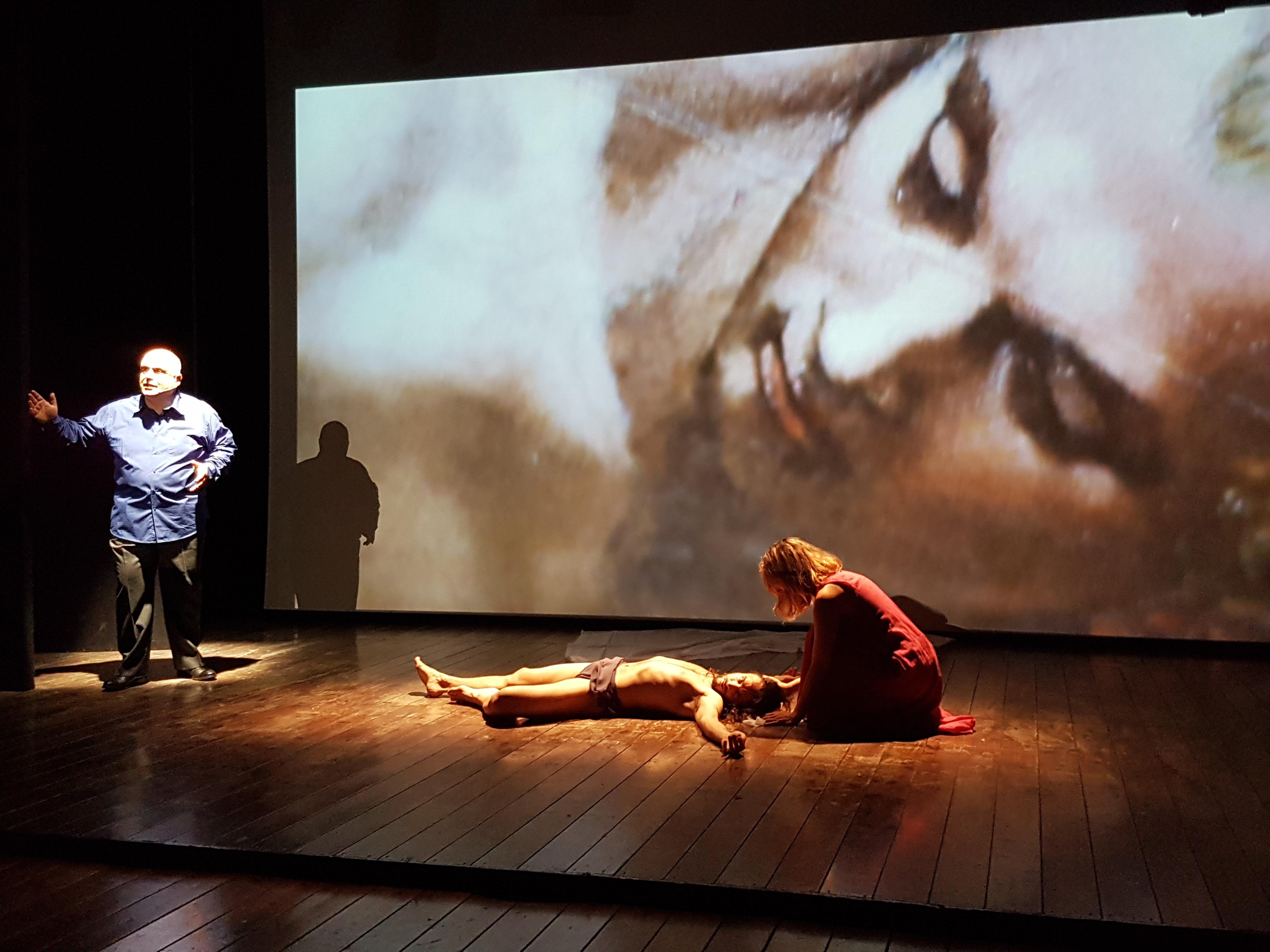 Pasquale Lanzillotti racconta il Giudizio universale di Michelangelo nel suo La fine del mondo, andato in scena al Nest di Napoli il 17 maggio 2017 (ph. In24/P. Nigro).