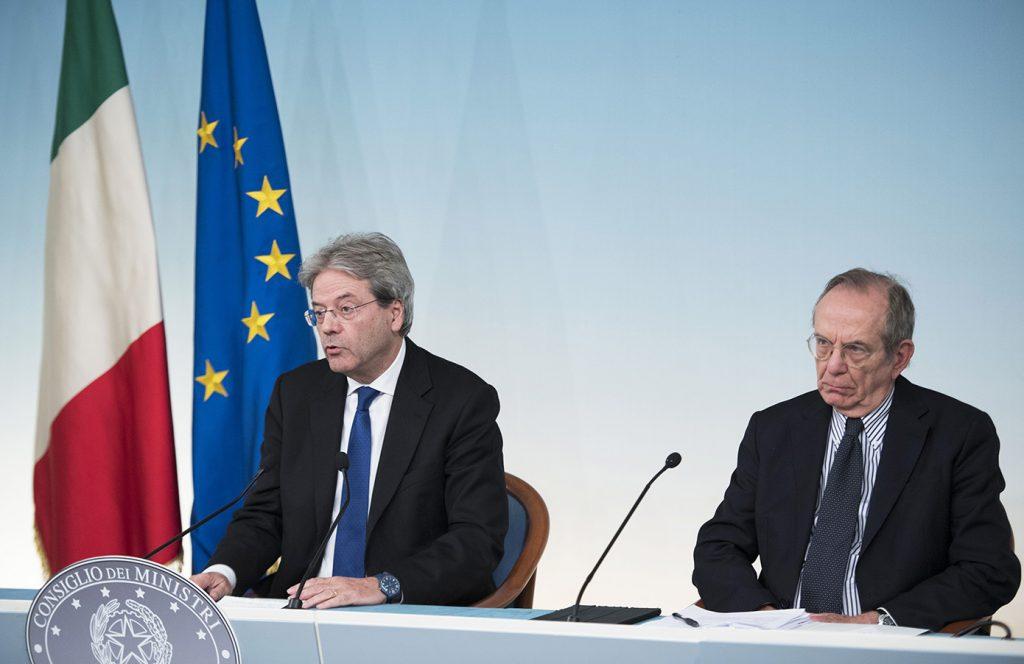 Il presidente del Consiglio Paolo Gentiloni e il ministro dell'Economia Peri Carlo Padoan in conferenza stampa dopo il Consiglio dei ministri a Palazzo Chigi (ph. Pcdm).