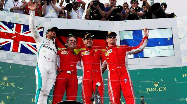 Il podio del Gp Australia di Formula 1 a Melbourne: da sinistra, Lewis Hamilton (GBR) Mercedes, Sebastian Vettel (GER) e Kimi Raikkonen (FIN) Ferrari festeggiano insieme a Ricciardo domenica 25 marzo 2018 (ph. Manuel Goria/Sutton Images).