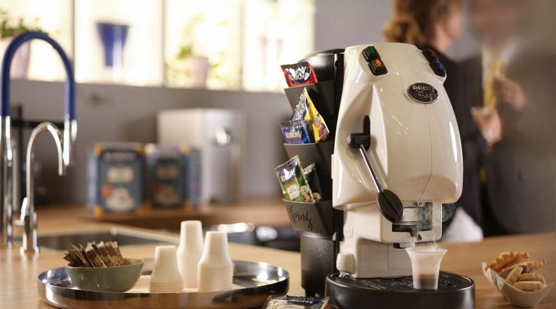 L'azienda napoletana Caffè Borbone punta sul green e lancia palette biodegradabili e bichieri compostabili. #CafféBorbone